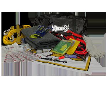 Contenu d'une trousse de survie aux avaries routières Workhorse, comprenant : câble de démarrage, drapeau de signalisation et lampes de poche de Bunzl-Sécurité.