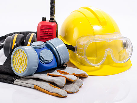 Collage d'équipements de protection de Bunzl-Sécurité pour chantier de construction présentant un casque de protection jaune, des lunettes de sécurité, des gants, un protecteur d'oreilles et un émetteur-récepteur portatif