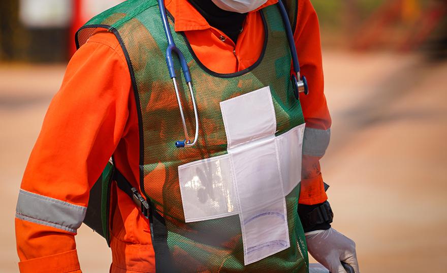Gros plan d'un travailleur urbain de la santé portant des équipements de sécurité fluorescents et de protection de Bunzl-Sécurité.