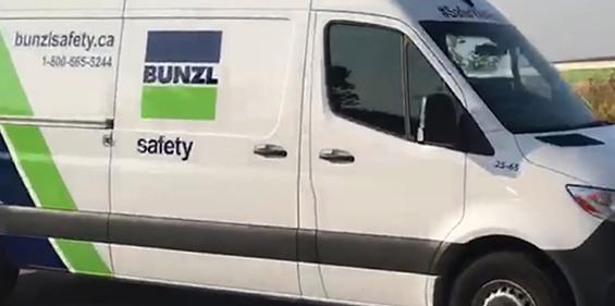 Camionnette blanche de l'unité mobile de sécurité de Bunzl-Sécurité avec le logo Bunzl.